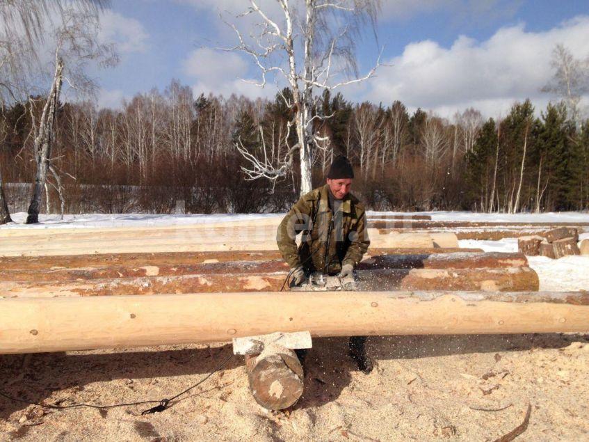Синицын Алексей Васильевич строгает бревно на сруб компания Комель