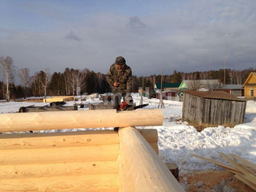 Рашид Хуснутдинов работает на срубе пилой компания Комель